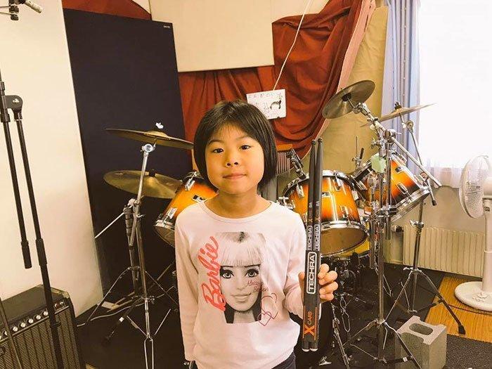 Восьмилетняя барабанщица играет Led Zeppelin: Роберт Плант в восторге! Good Times Bad Times, Led Zeppelin, Йойоко Сома, Роберт Плант, музыка, необычно, юная смена старым рокерам, юный музыкант