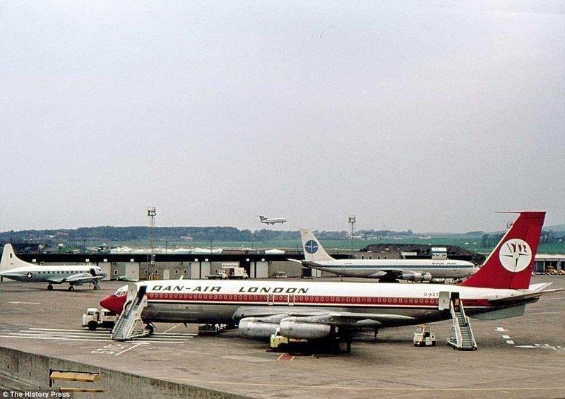 Boeing 707, спроектированный в начале 1950-х годов в США, в аэропорту Глазго Прествик, Шотландия. Один из первых реактивных пассажирских лайнеров в мире. авиалайнер, авиация, интересно, исторические фото, история, книги, редкие фото, самолеты