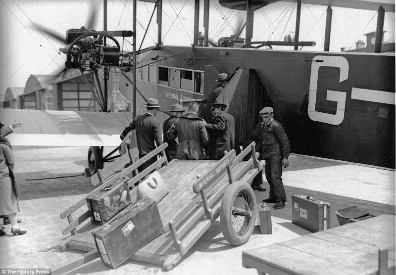 """Посадка на самолет типа """"W"""" первой британской авиакомпании Imperial Airways на аэродроме в Кройдоне, Лондон. Это был первый самолет с туалетом для пассажиров. авиалайнер, авиация, интересно, исторические фото, история, книги, редкие фото, самолеты"""