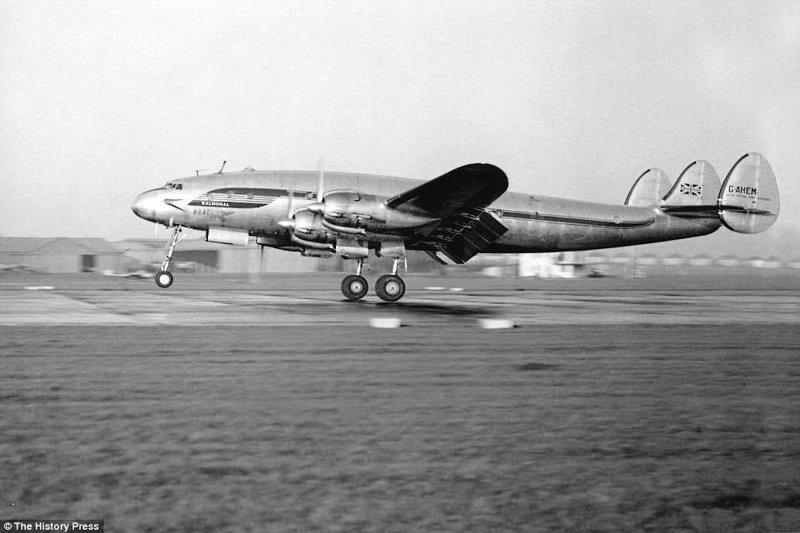 Самолет Constellation Balmoral британской авиакомпании BOAC совершает посадку в лондонском аэропорту Хитроу, 1940-е годы. авиалайнер, авиация, интересно, исторические фото, история, книги, редкие фото, самолеты