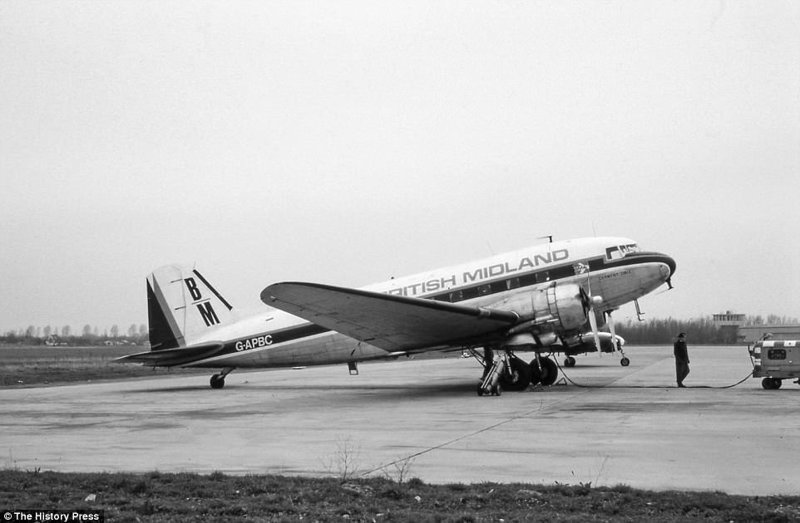 Самолеты DC-3 эксплуатировались в различных странах мира. Изначально DC-3 был военным самолетом, но он нашёл широкое применение в качестве транспортного и пассажирского лайнера. авиалайнер, авиация, интересно, исторические фото, история, книги, редкие фото, самолеты