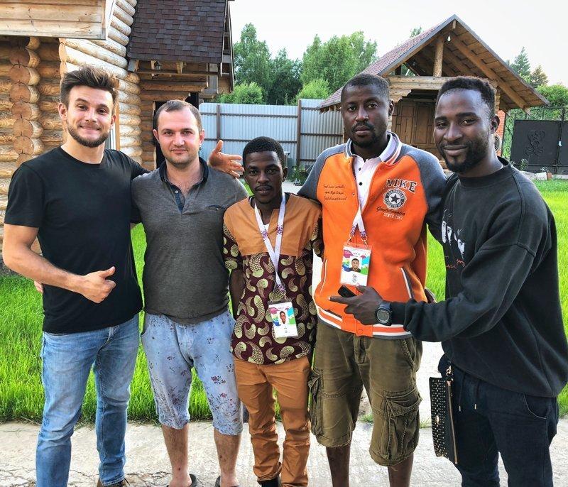 Бомжующим африканским фанатам нашли жильё senegal, беспредел, болельщики, видео, москва, фанаты, футбол, чемпионат мира