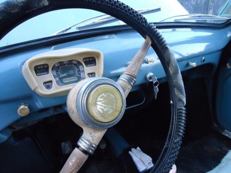 На лаконичной приборной панели всего 3 прибора — спидометр, уровень топлива и указатель температуры масла, охлаждение у двигателя было воздушным. Справа виден рычажок включения бензинового отопителя и контрольная лампочка. авто, автомобили, заз, заз 965, запорожец, олдтаймер, ретро авто