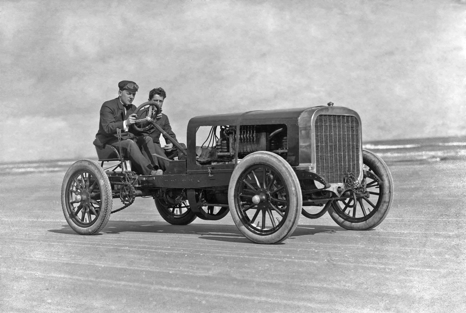 Двое на машине на пляже, примерно 1908 г. 100 лет назад, 20 век, архивные снимки, архивные фотографии, пляж, пляжный отдых, черно-белые фотографии, чёрно-белые фото