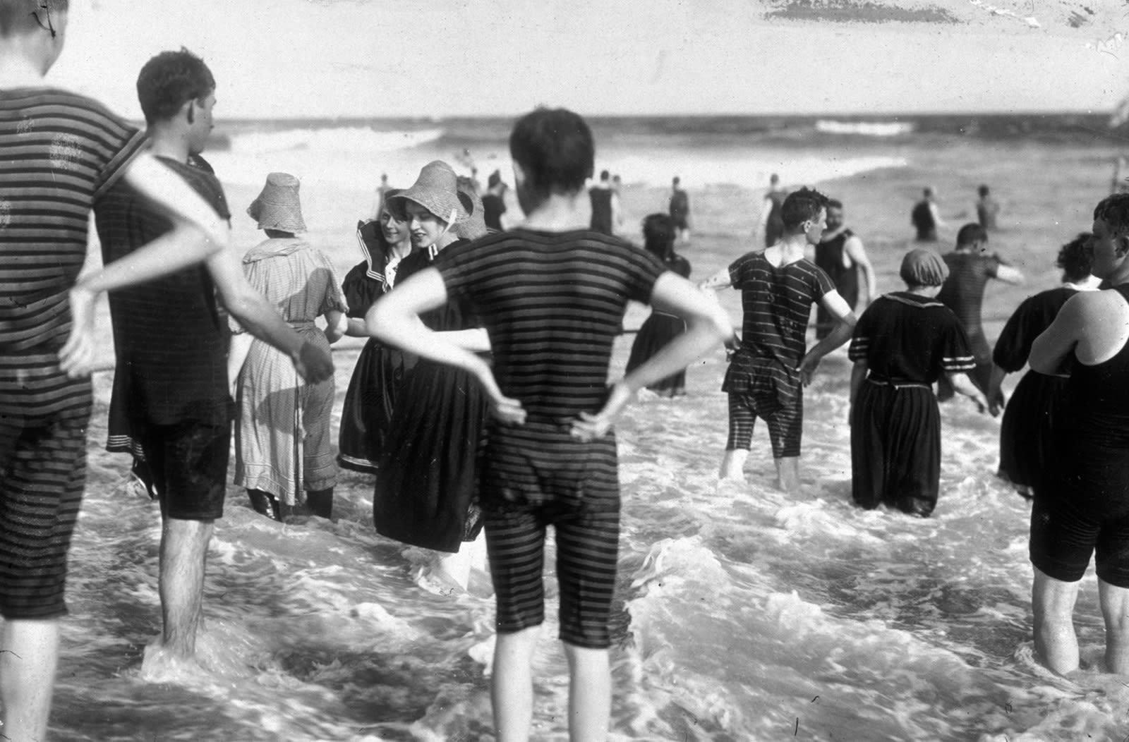 Отдыхающие на пляже Рокуэй Бич, Нью-Йорк Сити, 1897 г. 100 лет назад, 20 век, архивные снимки, архивные фотографии, пляж, пляжный отдых, черно-белые фотографии, чёрно-белые фото