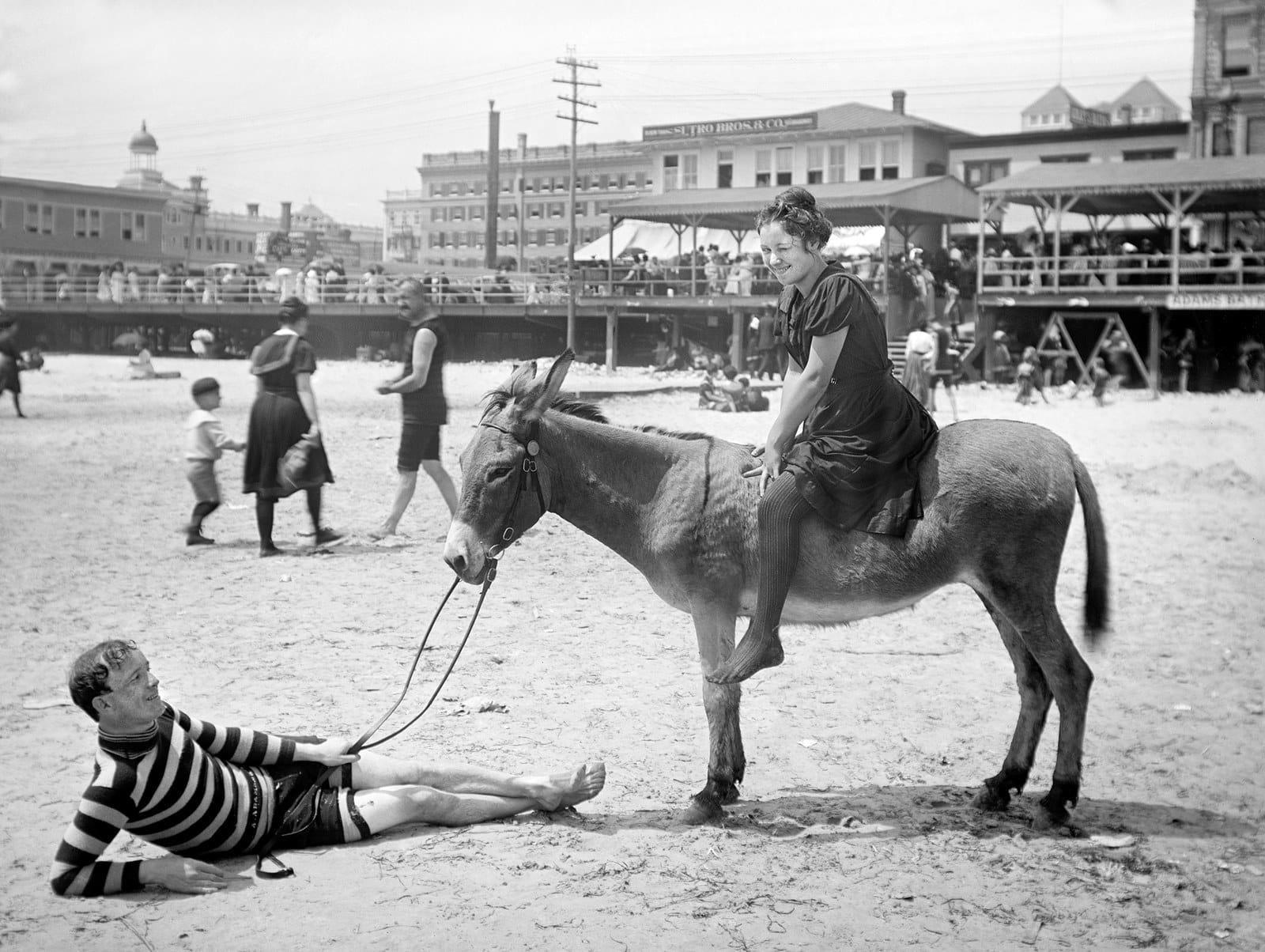 Женщина верхом на осле. Пляж в Атлантик-Сити, 1901 г. 100 лет назад, 20 век, архивные снимки, архивные фотографии, пляж, пляжный отдых, черно-белые фотографии, чёрно-белые фото
