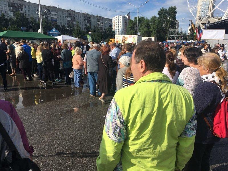 В Новокузнецке бесплатные пельмени спровоцировали драку ynews, голод, еда, интересное, пельмени, плов, фото