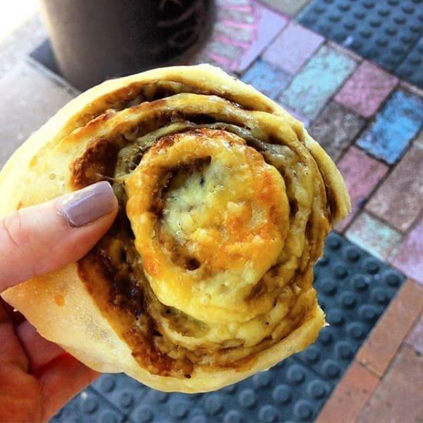 7. Вкусно - австралийские булочки Cheesymite scroll с сыром и знаменитым веджимайтом (густая паста на основе пивных дрожжей, национальное блюдо Австралии) австралия, блюда, в мире, вкусная еда, еда, национальные блюда мира, отвратительная еда, фото