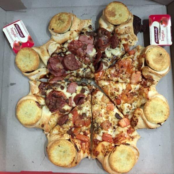 22. Отвратительно - пицца с мясным пирогом - кое-что из австралийской экзотики австралия, блюда, в мире, вкусная еда, еда, национальные блюда мира, отвратительная еда, фото