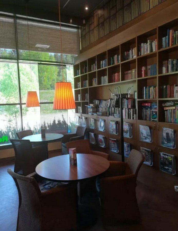 На заправке можно отдохнуть в уютной тишине библиотеки   в мире, жизнь, идея, финляндия, это гениально