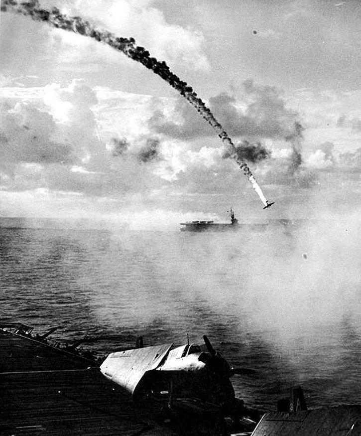 1. Сбитый японский самолет во время битвы за Сайпан, 1944 год война, война в воздухе, война в небе, вторая мировая война, исторические фото, первая мировая война
