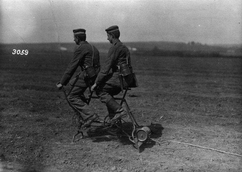 А это немецкие солдаты на велогенераторе, снабжающие электричеством тот самый аэростат война, война в воздухе, война в небе, вторая мировая война, исторические фото, первая мировая война