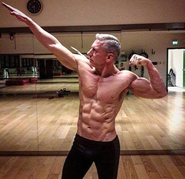 Ему 51 год и вместо отдыха на диване, он выбрал активный образ жизни бодибилдер, внешность, качок, отец, спорт, сын