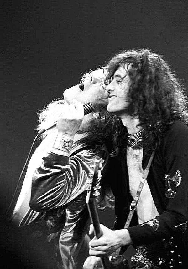 Led Zeppelin:  Роберт Плант и Джимми Пейдж на сцене. Led Zeppelin, Джимми Пейдж, Музыка 20 века