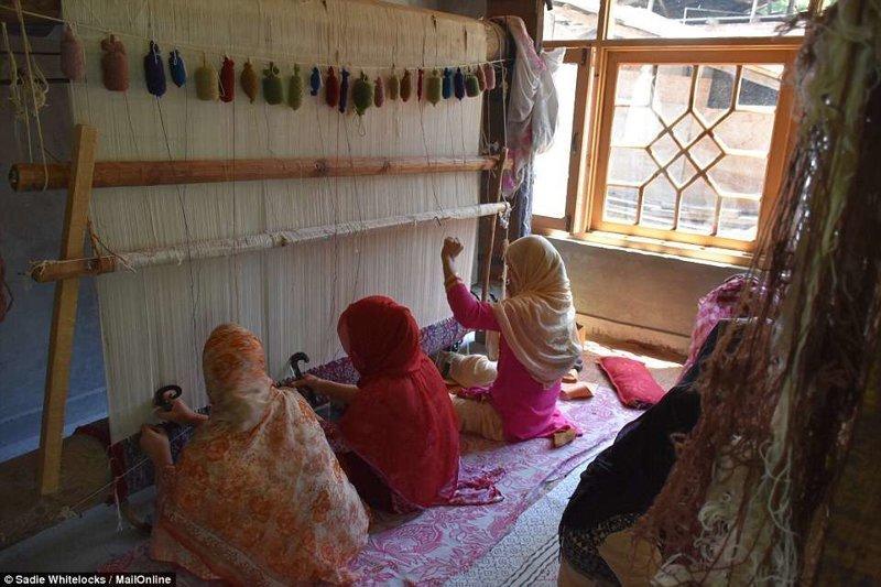 Кашмир славится также коврами ручной работы. На снимке - одна из мастерских по изготовлению таких ковров Кашмир, вышивка, индия, мастерство, палантин, ремесло, ткачество, ткачи
