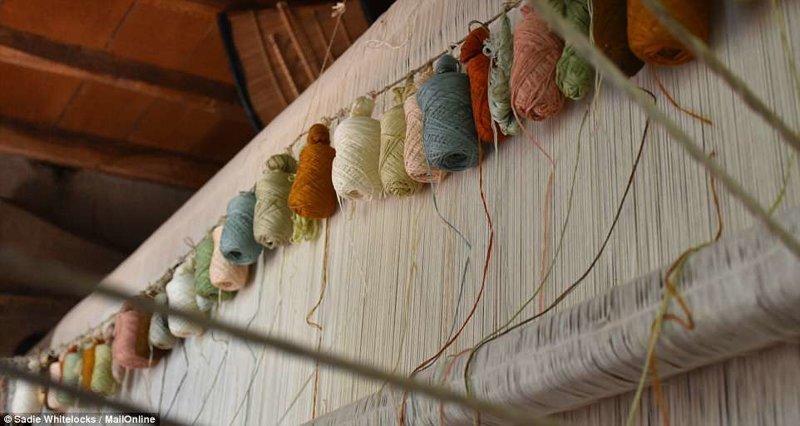 Это катушки шелковых ниток, подвешенные сверху на ткацком станке Кашмир, вышивка, индия, мастерство, палантин, ремесло, ткачество, ткачи