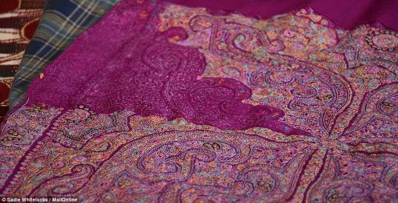 Для нанесения рисунков на шали используются деревянные печатные блоки, а затем вышивальщики начинают прорабатывать узор вручную Кашмир, вышивка, индия, мастерство, палантин, ремесло, ткачество, ткачи