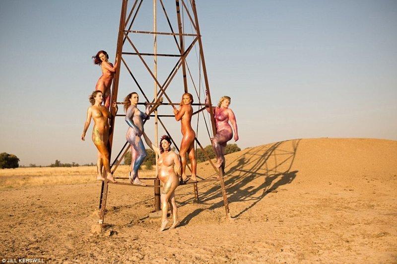 В ней участвовали шесть женщин, съемки проходили в сельской местности Квинсленда австралия, блестки, бодипозитив, весело, глиттер, голые активистки, голые бабы, женское движение