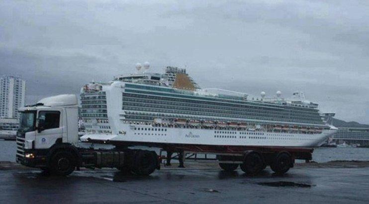 9. Делает вид, что везет судно воображение, отражения, смешно, совпадения, удачный кадр, фото