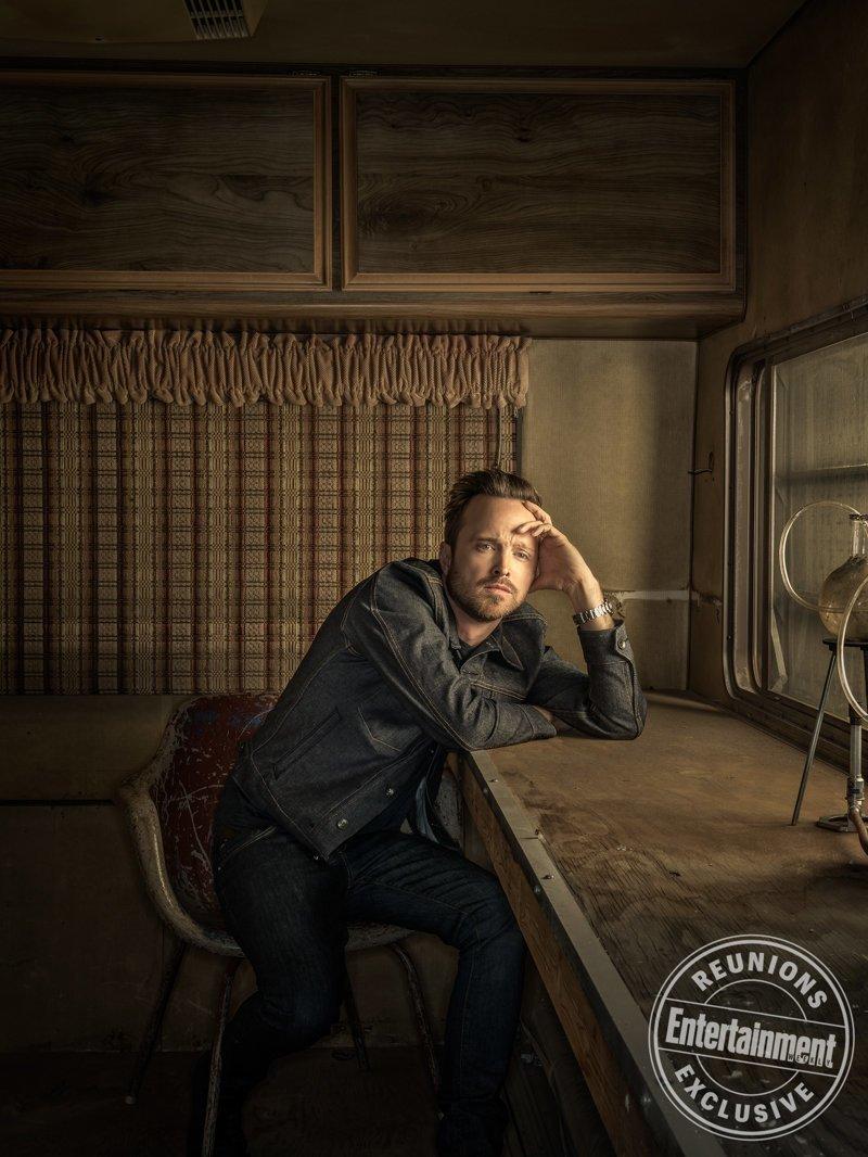 Его герой, Джесси Пинкман, изначально должен был умереть в конце первого сезона, но дожил аж до пятого видео, во все тяжкие, кино, сериал, тогда и сейчас, фильм, фотосессия
