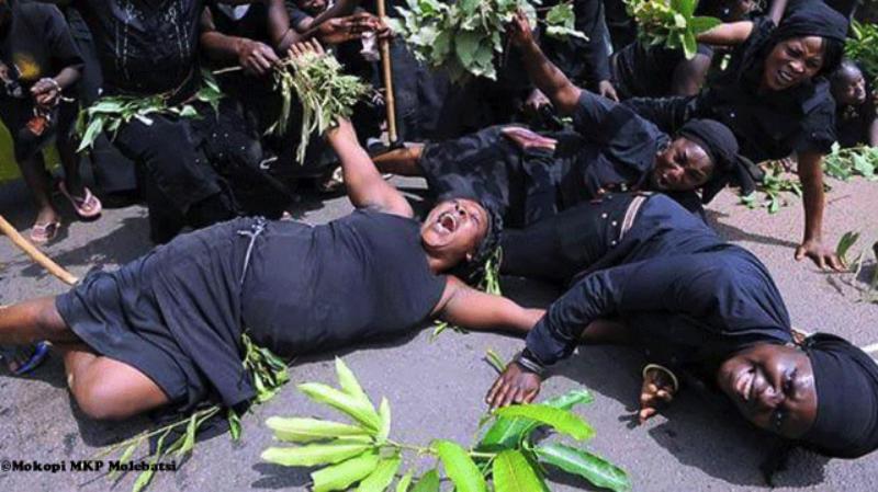 Жительницы Ганы зарабатывают на жизнь, рыдая на чужих похоронах африка, в мире, гана, плач, похороны, традиции
