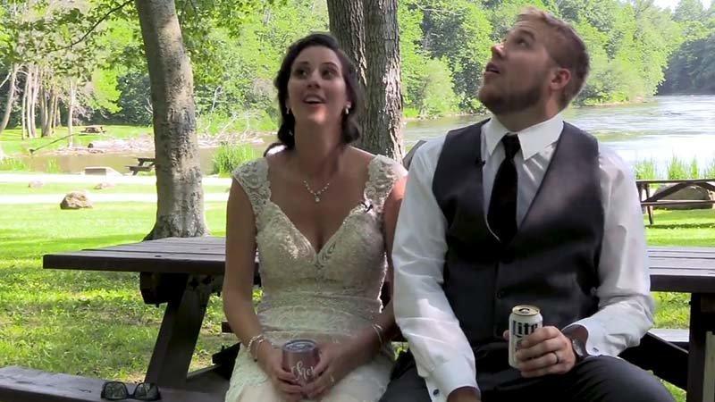В видео, снятом 30 июня фотографом, пара Шайенн и Лукас Копешки (Cheyenne и Lucas Kopeschka) сидят под деревом, попивая пивко за столиком в районе Фредония, Нью-Йорк (США) ветка, видео, курьезы, неудача, повезло, свадьба, сша