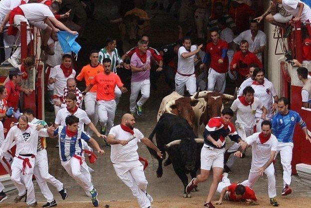 Публика в шоке от отца, взявшего маленького сына на забег с быками ynews, Терсейра, забег с быками, несчастный случай, новости, памплона, сан-фермин, худший отец в мире