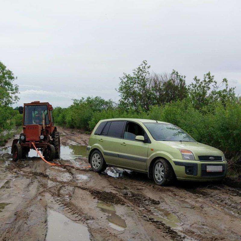 А вот и трактор подъехал автомобили, бездорожье, застрял, паркетники, прикол, юмор