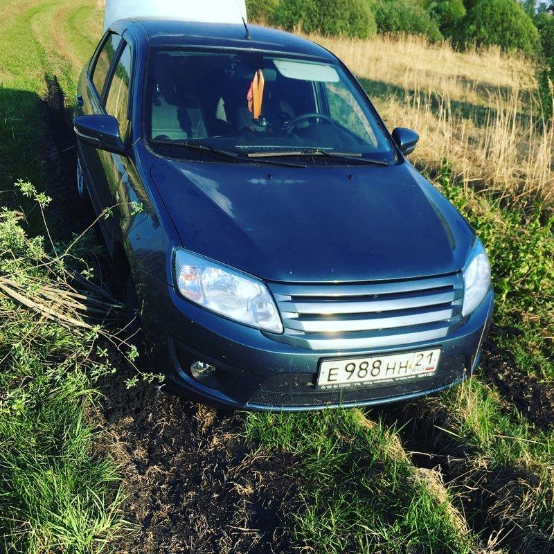 Как вообще можно на такой машине решиться ехать в грязь? автомобили, бездорожье, застрял, паркетники, прикол, юмор