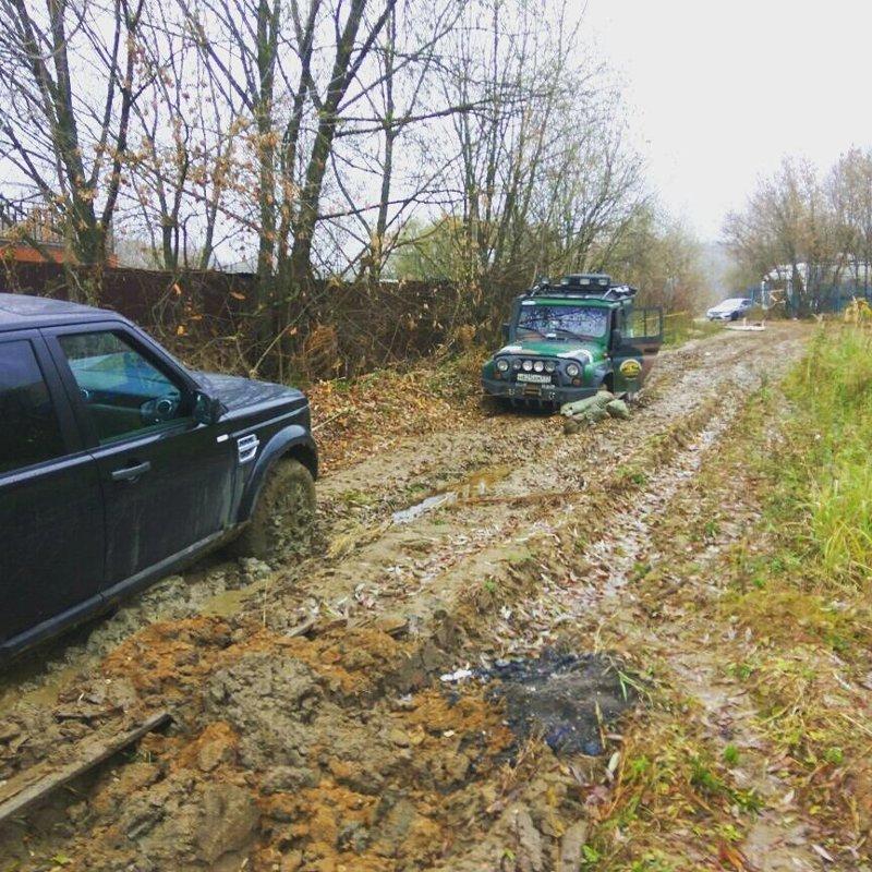 УАЗ вытаскивает Range Rover'a автомобили, бездорожье, застрял, паркетники, прикол, юмор