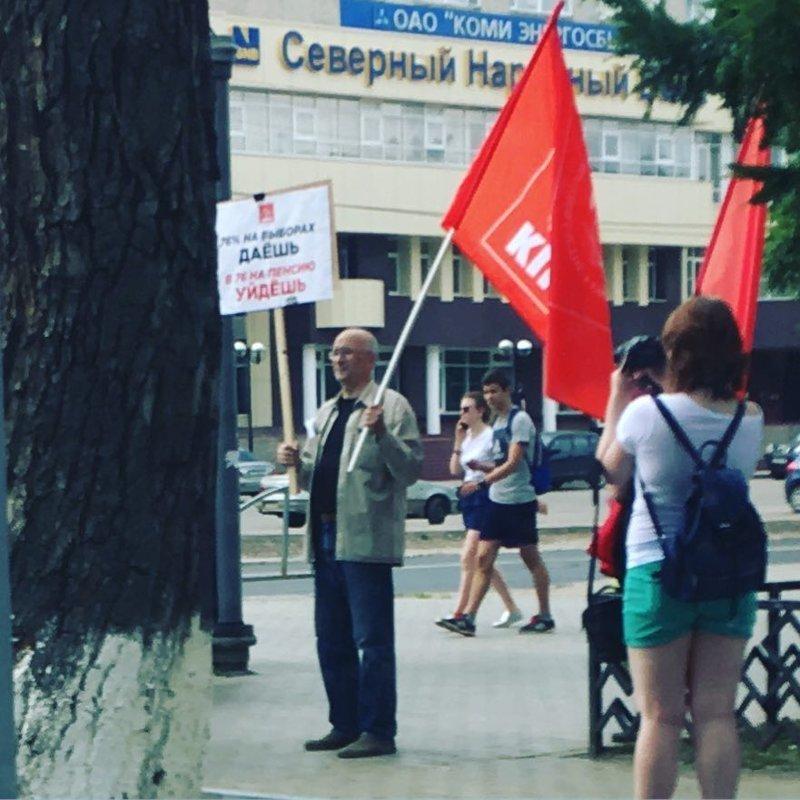 Надпись на плакате «76% на выборах даёшь в 76 на пенсию уйдёшь» жить в россии, коммунизм, память, прошлое, символика