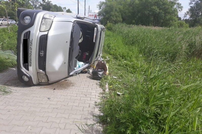 Автомобиль перевернулся из-за канализационного люка в Хабаровске toyota, авто, авто авария, видео, дорожники, дтп, люк, переворот