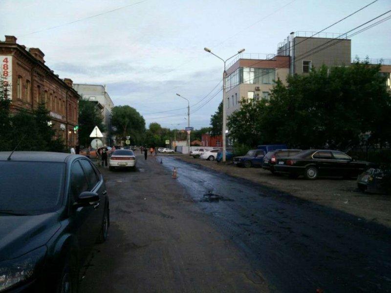 В Омске дорожники залили битумом припаркованные автомобили авто, асфальтирование, битум, гудрон, дорожники, коммунальщики, ремонт дорог
