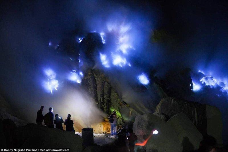 Вулкан в Индонезии, который горит синим пламенем вулкан, выбросы, газ, газы, индонезия, познавательно, сера, туристу на заметку