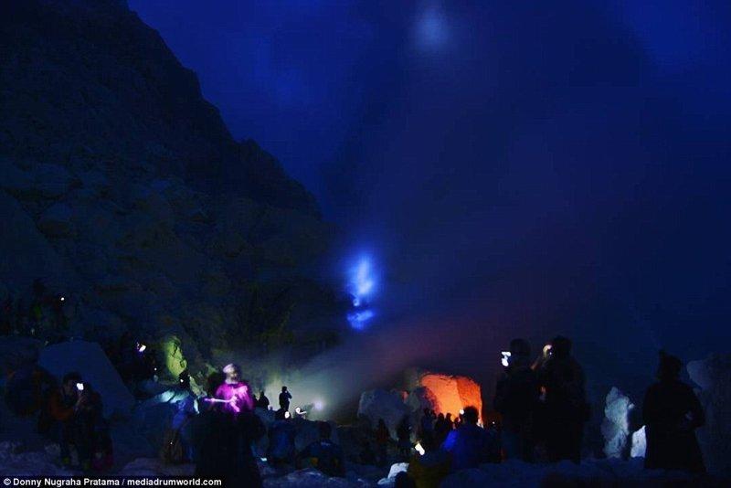 Днем это едва заметно, зато ночью можно насладиться настоящим световым шоу вулкан, выбросы, газ, газы, индонезия, познавательно, сера, туристу на заметку