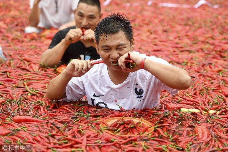 Провинция Хунань славится своей острой пищей, перец чили здесь используется практически в каждом блюде, например, в таком блюде китайской кухни, как Курица Донган вы неприменимо его найдёте интересное, китай, острота, перец, прикол, соревнования, туризм