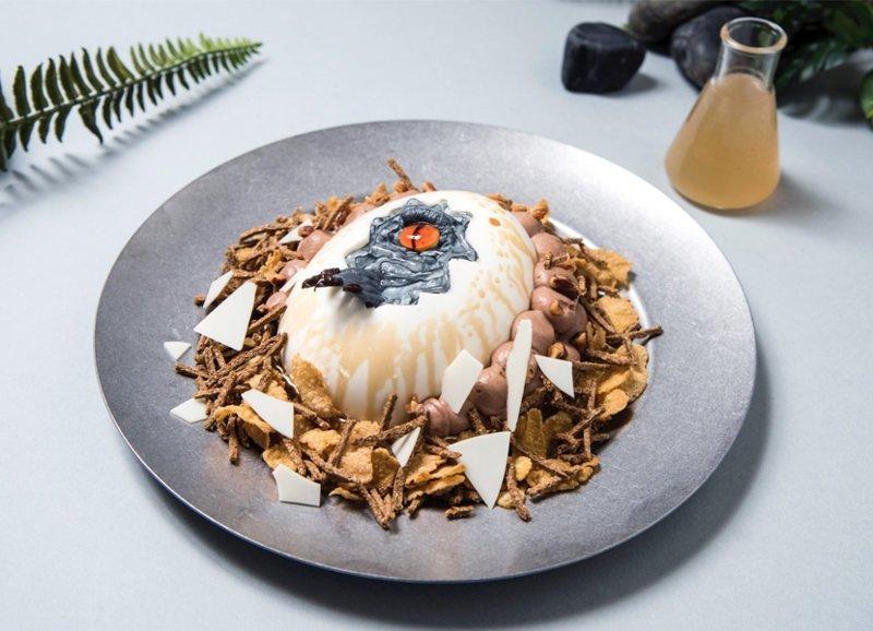 """Торт """"Яйцо динозавра"""" с сиропом из маракуйи блюда, еда, кафе, кино, креатив, мир юрского периода, ресторан, япония"""