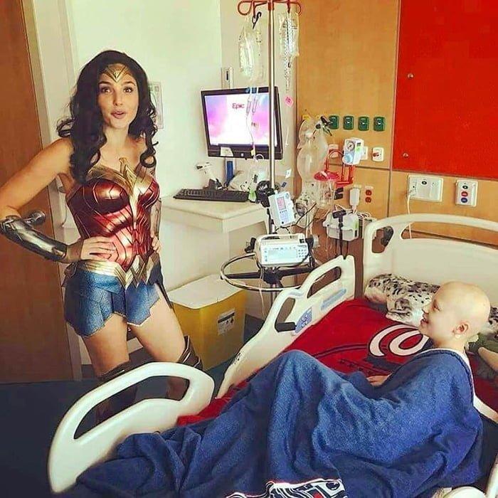 Супергерой в реальности: актриса Галь Гадот посетила больных детей в образе Чудо-женщины Галь Гадот, больница, дети, знаменитости, кино, фильм, чудо-женщина