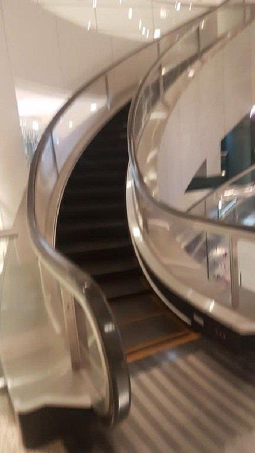 Изогнутый эскалатор забавно, интересно, необычно, редкости, рукотворные чудеса, странные вещи, удивительное рядом, чудеса природы