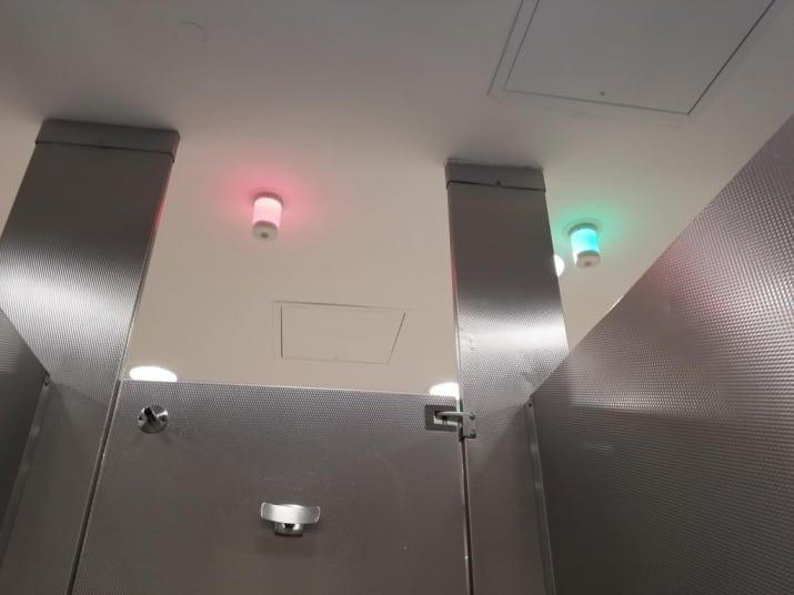 Туалет с сигнальными лампочками на потолке, сигнализирующими о свободных кабинках забавно, интересно, необычно, редкости, рукотворные чудеса, странные вещи, удивительное рядом, чудеса природы