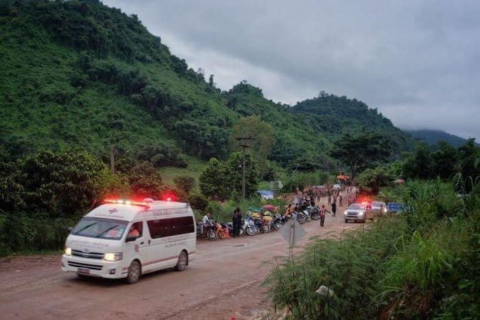 Тайские спасатели начали выводить детей, заблокированных в пещере Кхао Луанг ynews, ловушка, новости, пещера Кхао Луанг, спасательная операция, таиланд, чрезвычайное происшествие, школьники
