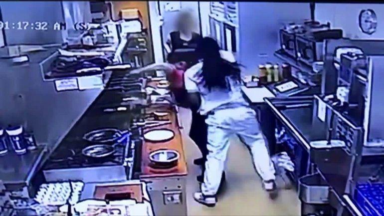 По словам свидетелей, подозреваемый долго ругал персонал ресторана за то, что его слишком долго обслуживают и просил вернуть деньги. В какой-то момент терпение мужчины лопнуло. Он пошел за стойку и ударил повара по лицу в мире, видео, драка, инцидент, конфликт, посетитель, ресторан, сша