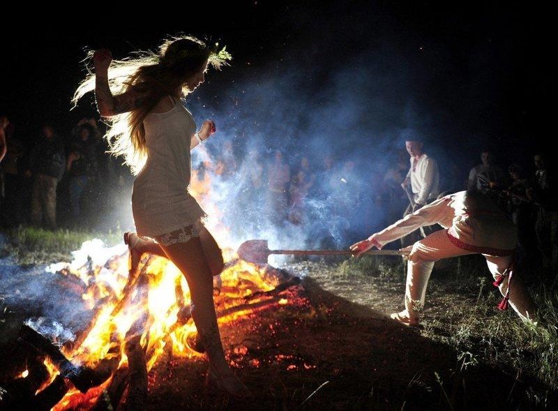 Девушка упала в костер во время праздника Ивана Купалы Витебск, беларусы, белоруссия, видео, костер, неудача, падение, фейл
