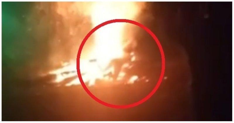 Очевидцы произошедшего вытащили девушку из огня и передали медикам. Пострадавшую доставили в больницу с ожогами лица и конечностей. Витебск, беларусы, белоруссия, видео, костер, неудача, падение, фейл