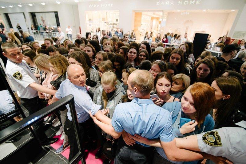 Очередь перед открытием косметического магазина «NYX» в Краснодаре ynews, колонки, очереди, помощник Алиса, продажа, толпа, яндекс