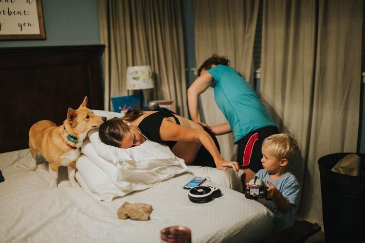 Фотограф Кристин так описывает тот день: «Я просто без ума от собак, и я должна была запечатлеть это удивительное проявление сопереживания» дети, животные, история, корги, роды, семья, собака