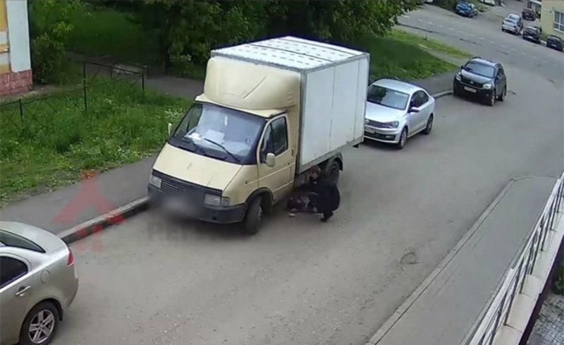 В Ярославле воришка пытался слить бензин с ГАЗели, в которой спал водитель авто, бензин, видео, вор, воровство, задержание, кража, прикол