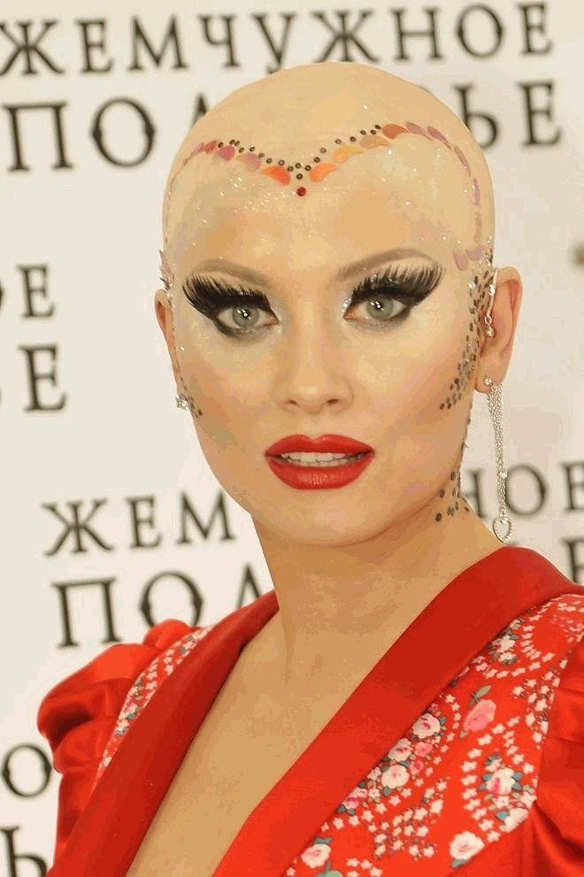 Ежегодно Лена Ленина появляется на красной дорожке Каннского кинофестиваля, чем страшно удивляет зарубежную прессу Лена Ленина, гламур, канны, образы звезд, прически, светская львица