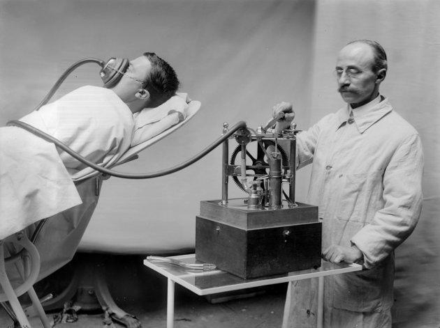 4. Анестезирующая машина, Франция, 1913 изобретения, исторические фото, медицина, медицина прошлого, оборудование, рентгеновский аппарат, фото