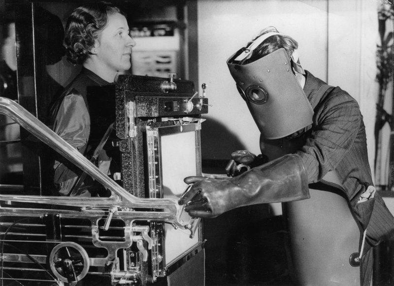 7. Рентгенолог в защитной маске, 1934 год изобретения, исторические фото, медицина, медицина прошлого, оборудование, рентгеновский аппарат, фото